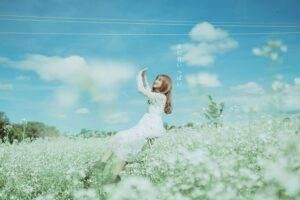 Khi cái lạnh bắt đầu kéo về thì cũng là lúc những chùm hoa trắng bé xíu vươn mình trỗi dậy mà bung nở