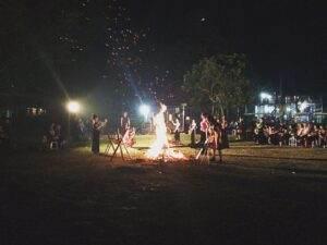 Lắc lư điệu nhảy váy xòe bên đống lửa ấm áp