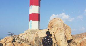 Từ ngọn hải đăng, bạn có thể vươn vai hít thở được hơi thở của biển cả, phóng tầm mắt theo những cánh chim trời